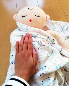 赤ちゃんの右側を巻く