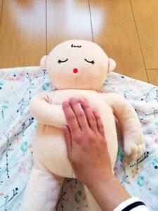 赤ちゃんの右手を優しく固定する