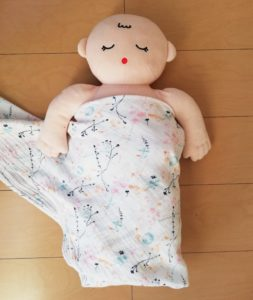 赤ちゃんの左半身を巻く